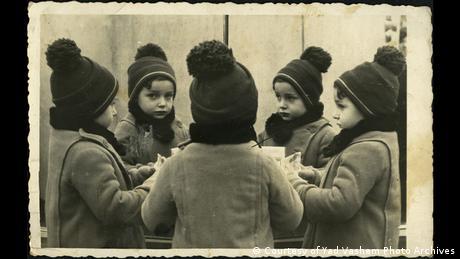 Un niño se refleja en un espejo.