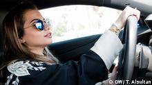 2017 Die 27-jährige Sara ist mit ihrem Auto im Dhahran Camp unterwegs, einer geschlossenen Wohnanlage in Dhahran, Saudi-Arabien. Bis jetzt sind solche Anlagen die einzigen Orte im Land, an denen Frauen ohne die Erlaubnis und Anwesenheit eines männlichen Vormunds Auto fahren dürfen. Ein königliches Dekret soll Frauen in Saudi-Arabien zukünftig erlauben, unabhängig von ihrem männlichen Vormund einen Führerschein machen und Auto fahren zu dürfen