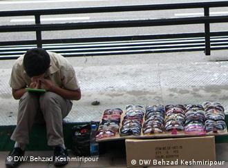 دستفروشی در کنار خیابان موردی است آشکار از پدیدهی فقر در ایران، در بارهی موارد پنهان آن آماری وجود ندارد