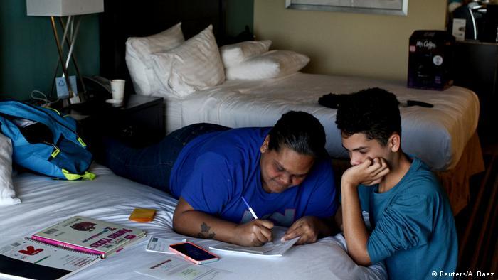 Liz Vázquez y su hijo, Raymond Fernández Vázquez, en una habitación.