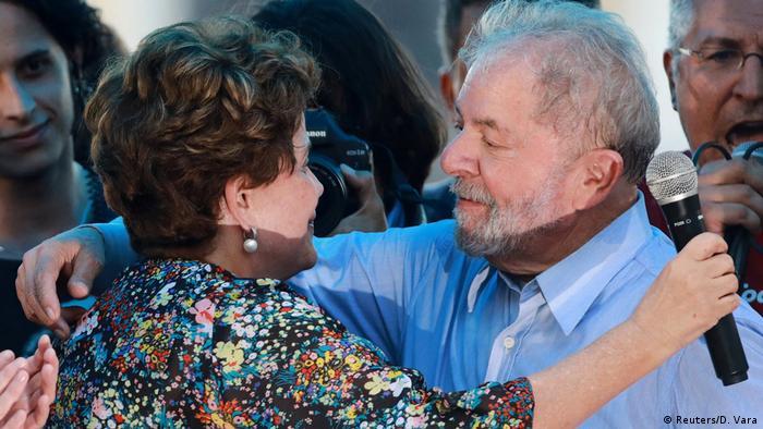 A ex-presidente Dilma Rousseff, afastada do cargo em 2016, abraça Lula em Porto Alegre. Em discurso num ato convocado por mulheres ligadas a movimentos sociais e partidos de esquerda, ela afirmou que seu impeachment foi o início de um golpe orquestrado para destruir o PT e seu líder. É um processo de perseguição política. A acusação não tem fundamento, disse, sobre julgamento de seu antecessor.