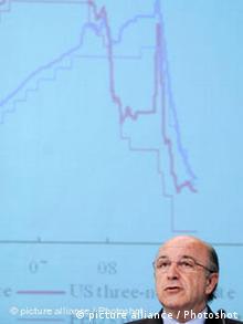 Joaquin Almunia vor einem Schaubild mit scharf nach unten zeigenden Wirtschaftskurven (Foto: picture-alliance)