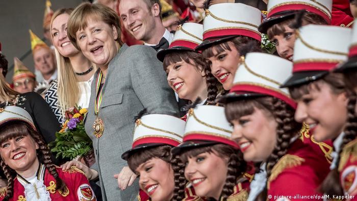 Ангела Меркель среди делегаций карнавальных обществ