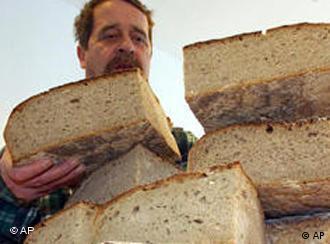 Ни лебот не стига...