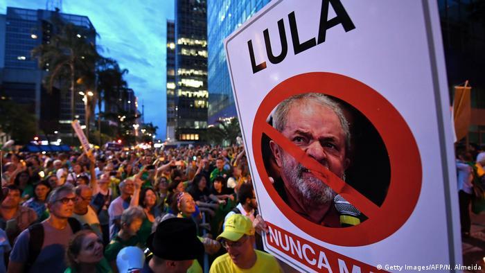 Protesto contra o ex-presidente Lula em São Paulo, no dia da decisão que confirmou sua condenação
