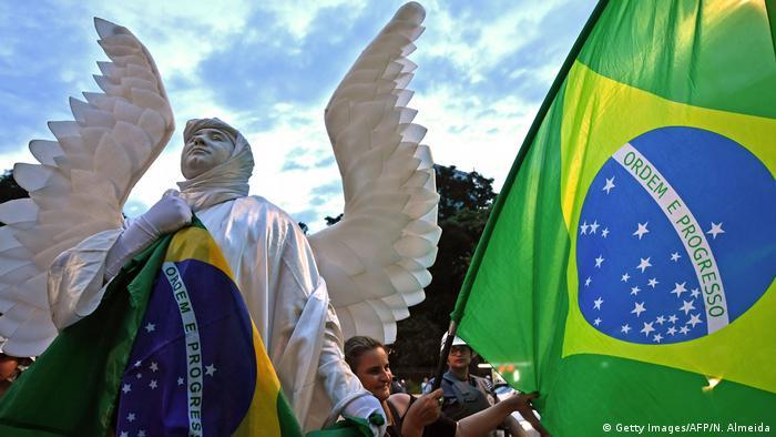 Os manifestantes contrários ao Lula defendem a manutenção da pena imposta pelo juiz Sérgio Moro, na 13ª Vara de Curitiba, que condenou o ex-presidente a 9 anos e 6 meses de prisão pelos crimes de corrupção passiva e lavagem de dinheiro, no caso envolvendo a compra de um apartamento tríplex no Guarujá.