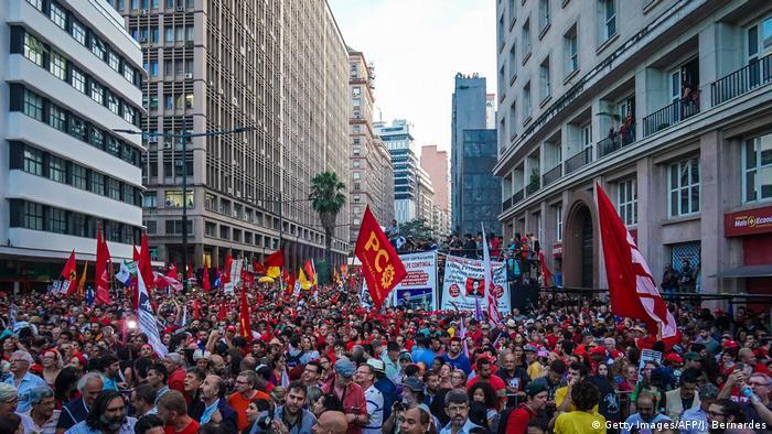 Manifestação em apoio ao ex-presidente de Lula em Porto Alegre na véspera do julgamento reuniu em torno de 70 mil pessoas, segundo os organizadores, no local conhecido como Esquina Democrática.