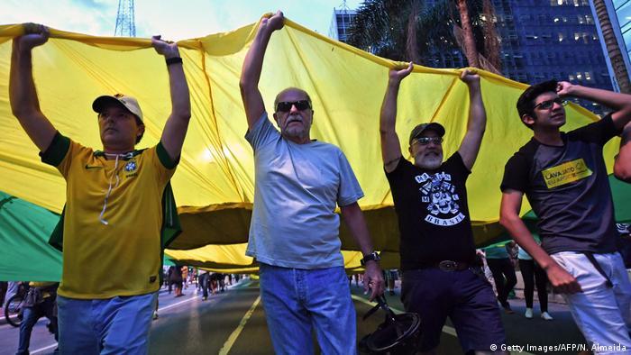 Em São Paulo, manifestantes a favor da condenação de Lula se reuniram em frente à sede da Justiça Federal, na Avenida Paulista, a poucos metros de um protesto realizado por apoiadores do ex-presidente.