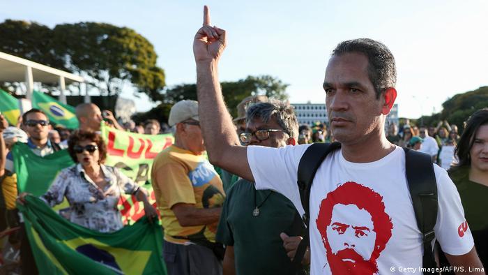 Na capital do país, manifestantes a favor e contra o ex-presidente se concentraram em frente ao Supremo Tribunal Federal (STF). Segundo a polícia militar, eram cerca de 500 apoiadores de Lula contra outros 400 que defendiam sua condenação. Os dois grupos tiveram de ser isolados para evitar confrontos.