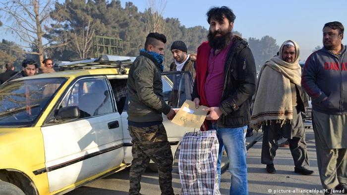 Abschiebeflug in Kabul angekommen (picture-alliance/dpa/M. Jawad)