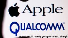 --FILE--A netizen looks at logos of Apple Inc, top, and US chipmaker Qualcomm Inc in Tianjin, China, 14 October 2017. Apple Inc. is designing iPhones and iPads for 2018 that don't use components from Qualcomm Inc. amid an escalating dispute between the companies, according to a person familiar with the matter. The product plans are in the early stages and may still change, said the person, who asked not to be identified because the matter is private. Apple may use modem chips from Intel Corp. and MediaTek Inc. instead of Qualcomm's, the person said. Apple made the decision amid a dispute over the iPhone maker's access to the San Diego-based company's proprietary technology, said people familiar with the matter. Apple and Qualcomm have been fighting each other over patent licensing with the iPhone maker accusing the chip designer of abusing its market dominance with high royalties. Qualcomm has fought back and is seeking to stop Apple from making and selling its smartphones in China. Foto: Li Shengli/Imaginechina/dpa |