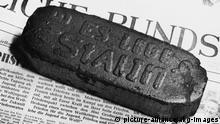 Brikett Es lebe Stalin / Foto 1952 Geschichte: Deutschland / DDR. - Stalin-Kult in der DDR: Brikett mit der Aufschrift Es lebe Stalin. - Foto, 1952. |