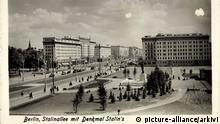 Berlin Friedrichshain,Stalinallee mit dem Denkmal von Stalin, Kirche in Ferne | Verwendung weltweit