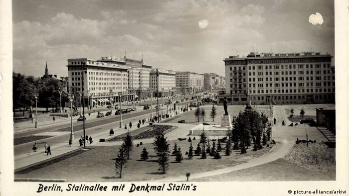 Аллея Сталина с памятником Сталину в Берлине до переименования в Карл-Маркс-аллее в 1961 году