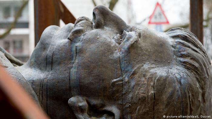 The face of a statue of Stalin in Berlin (picture-alliance/dpa/L. Ducret)