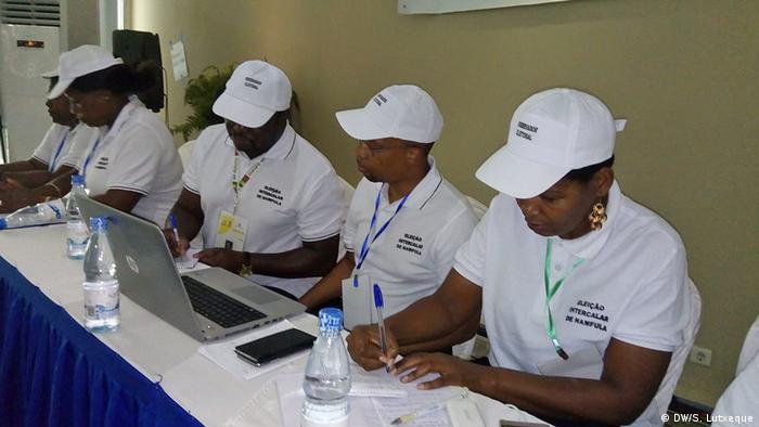 Mosambik Nampula Zwischenwahlen Observadores eleitorais (DW/S. Lutxeque )