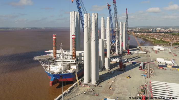 Photo: Rotor blades being loaded onto a ship in the northern English port city of Hull. (Source: Siemens Gamesa Renewable Energy )