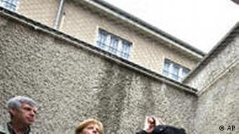 Der Leiter der Gedenkstätte, Hubertus Knabe (rechts) zeigt Kanzlerin Angela Merkel die heutige Gedenkstätte (Foto: AP)