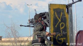 YPG Syrien Soldatin mit Klaschnikow