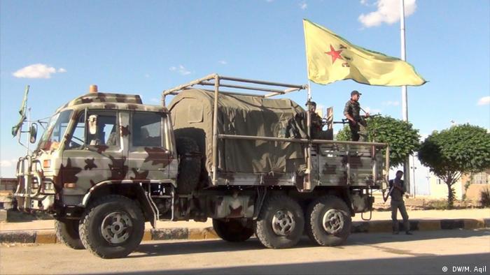 6b359b238eee9 YPG Syrien Kurdische Soldaten mit Tarn-Lastwagen ( DW M. Aqil )