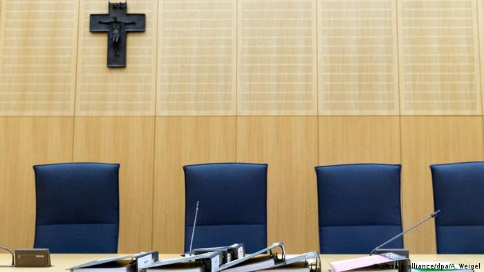 Krzyż w sali rozpraw sądowych w Weiden (Bawaria)