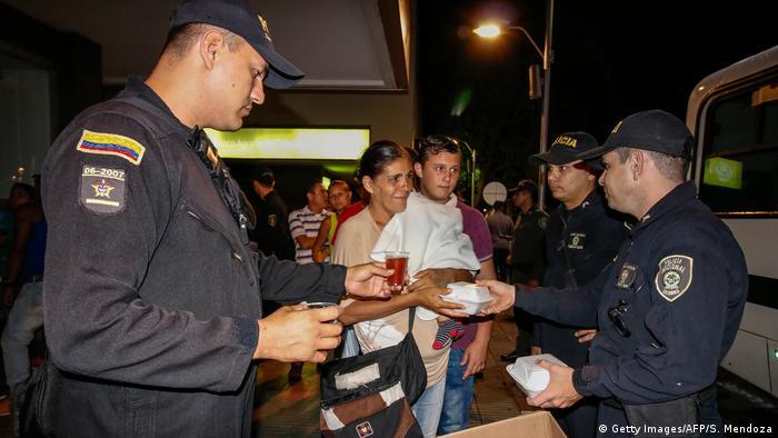 Kolumbien Cucuta venezulanische Flüchtlinge Polizei (Getty Images/AFP/S. Mendoza)