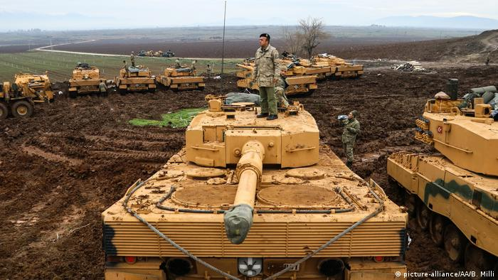 Turkish tanks near the border to Syria (picture-alliance/AA/B. Milli)