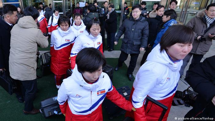Members of North Korea's women's ice hockey team arrive in South Korea (picture-alliance/Yonhap)