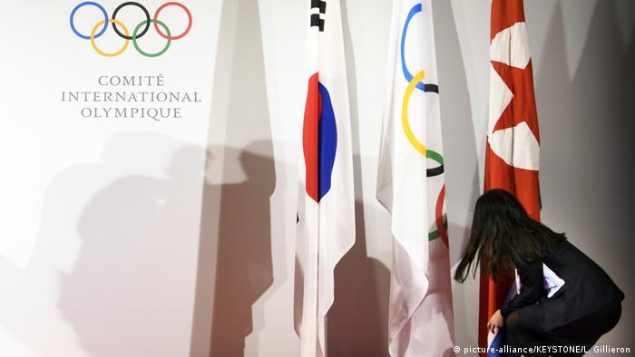 Schweiz südkoreanische, olympische und nordkoreanische Flaggen (picture-alliance/KEYSTONE/L. Gillieron)