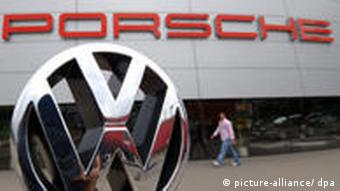 VW Logo vor Porsche Center in Stuttgart