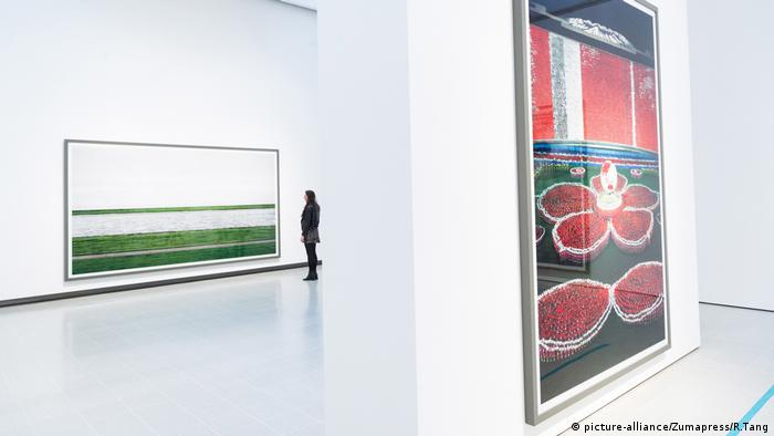 Blick in die Andreas Gursky-Ausstellung in der Hayward Gallery in London (picture-alliance/Zumapress/R.Tang)