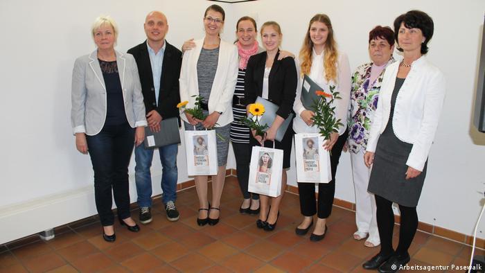 Od lewej Bożena Witt z absolwentami programu edukacyjnego Główka pracuje