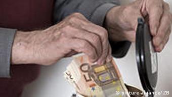 Geld aus der Kaffeedose (Foto: picture-alliance)