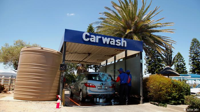 Two men wash a car at a car wash. (Julia Jaki)