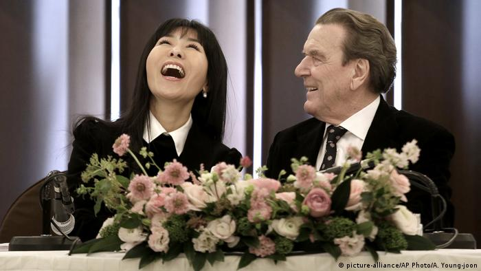 Gerhard Schröder and Kim So Yeon (picture-alliance/AP Photo/A. Young-joon)