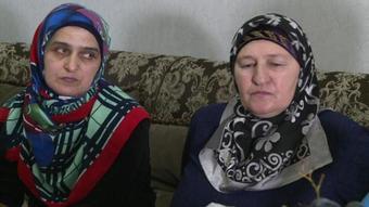 Петімат Саламова (на фото праворуч) з матір'ю її покійного зятя Руслана