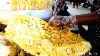 Tansania Jackfruits-Verkäufer in Dar es Salaam (DW/S. Khamis )