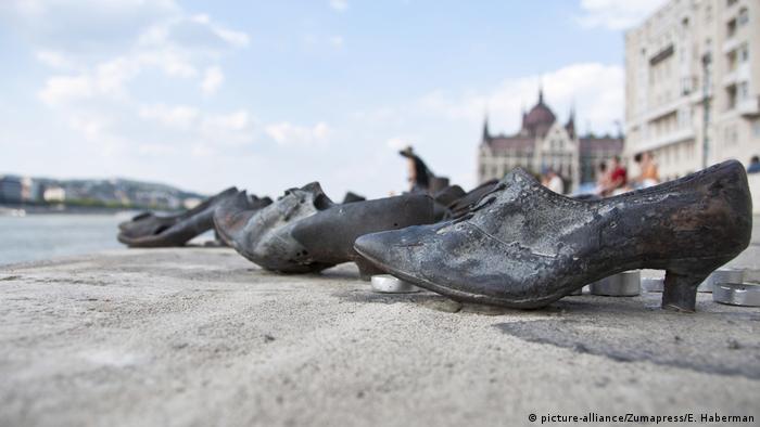 این بنای یادبود که در ساحل رود دانوب واقع شده است، نماد قتلعام حدود ۴هزار یهودی بوداپست است که در جریان در جنگ جهانی دوم کشته شدند. قربانیان در ساحل رودخانه تیرباران شدند. آنها پیش از اعدام مجبور میشدند لباس و کفشهای خود را درآورند. از اینرو نماد یادبود آنان نیز همین کفشهاست. این بنای یادبود از ۶۰ جفت کفش تشکیل شده و در سال ۲۰۰۵ نیز به پایان رسیده است.
