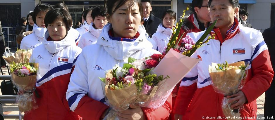 Jogadoras de hóquei norte-coreanas chegam a centro de treinamento na Coreia do Sul