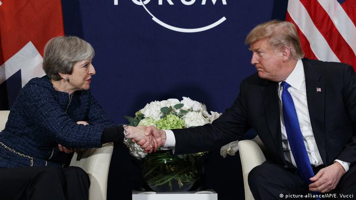 Theresa May and Donald Trump shake hands (picture-alliance/AP/E. Vucci)