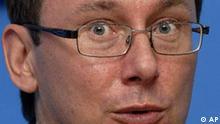 ARCHIV - Der ukrainische Innenminister Juri Luzenko, aufgenommen am 4. Oktober 2007 in Kiew, Ukraine. Sturzbetrunken sind Luzenko und dessen 19-jaehriger Sohn auf dem Frankfurter Flughafen aus der Rolle gefallen. Der Flugkapitaen ihrer gebuchten Maschine nach Seoul hatte sich am Montag, 4. Mai 2009, geweigert, sie an Bord zu lassen. (AP Photo/Sergei Chuzavkov) ** zu APD6053 ** --- FILE - Yuriy Lutsenko, leader of Our Ukraine Party-People's Self-defense party loyal to Viktor Yushchenko, answers questions during a news conference in Kiev, Ukraine, Thursday, Oct. 4, 2007. (AP Photo/Sergei Chuzavkov)