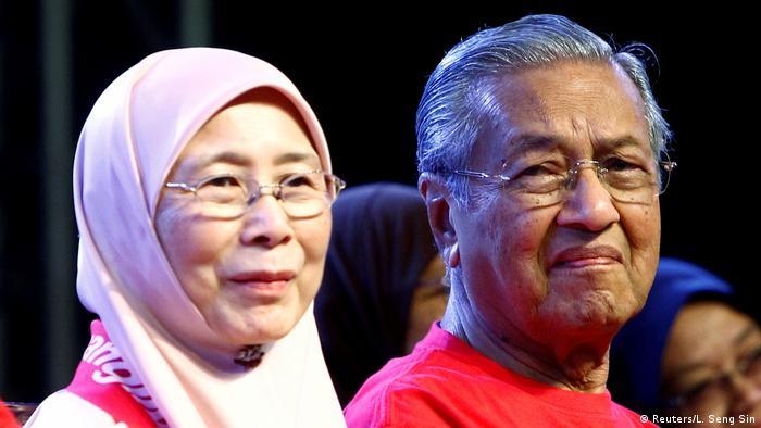 Malaysia Mahathir Mohamad und Wan Azizah (Reuters/L. Seng Sin)
