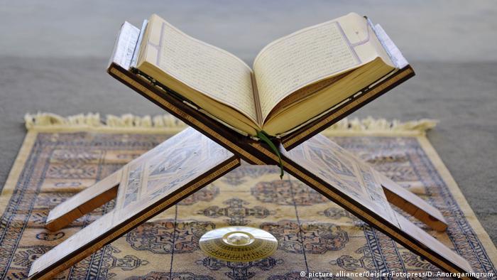 قرآن، کتاب مقدس مسلمانان با فروش نزدیک به یک میلیارد جلد در رتبه سوم پرفروشترین کتابهای تاریخ قرار دارند. قرآن در باور مسلمانان سخنان خداست که به صورت وحی از سوی او توسط جبرئیل بر پیامبر اسلام، محمد بن عبدالله، نازل گردیدهاست. کتاب قرآن به ۳۰ جزء تقسیم شده و دارای ۱۱۴ سوره است.
