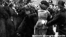 Uk Suffragetten | Suffragetten werden von britischen Polizisten abgeführt