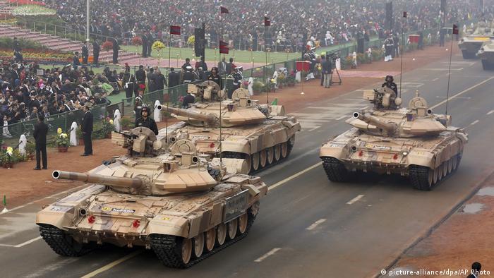 از زمان استقلال هند، ارتش این کشور تا کنون در چهار جنگ با پاکستان و یک جنگ با جمهوری خلق چین درگیر بوده است. ارتش هند با نزدیک به یک میلیون و ۳۰۰ هزار نفر پرسنل یکی از بزرگترین ارتشهای جهان است. هند از دیرباز با خریدهای بزرگ از مشتریان دائمی تسلیحات روسی بوده است.