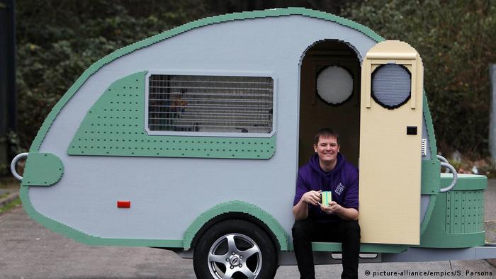 Diesen 1200 Kilogramm schweren Wohnwagen haben zwölf professionelle Lego-Baumeister innerhalb von knapp drei Monaten in Großbritannien zusammengebaut - und damit einen neuen Lego-Wohnwagen-Rekord aufgestellt. Der aus 215.158 einzelnen Lego-Teilen bestehende Caravan ist laut Erbauern voll einsatzfähig - mit fließend Wasser, Licht und einem zur Schlaffläche absenkbaren Tisch.