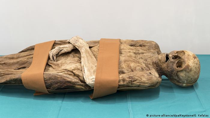 The Barfüsser mummy show preserved on a table (picture-alliance/dpa/Keystone/G. Kefalas)