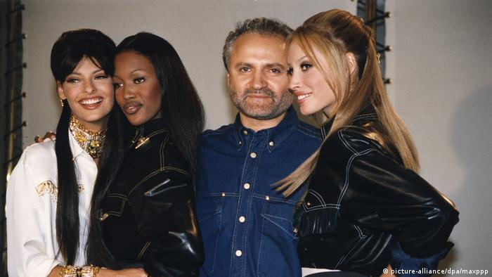 Gianni Versace mit den Models Linda Evangelista und Naomi Campbell.