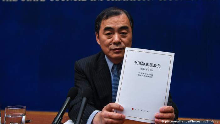 China Peking - Chinesischer Außenminister Kong Xuanyou hält ein Dokument zu Chinas Arktis-Politik (picture-alliance/Photoshot/S. Hong)