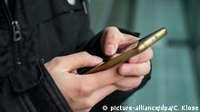 Symbolbild Mann mit Smartphone in der Stadt
